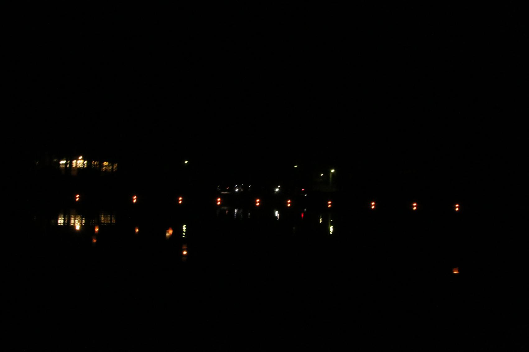 Iltanuotio järveltä katsottuna