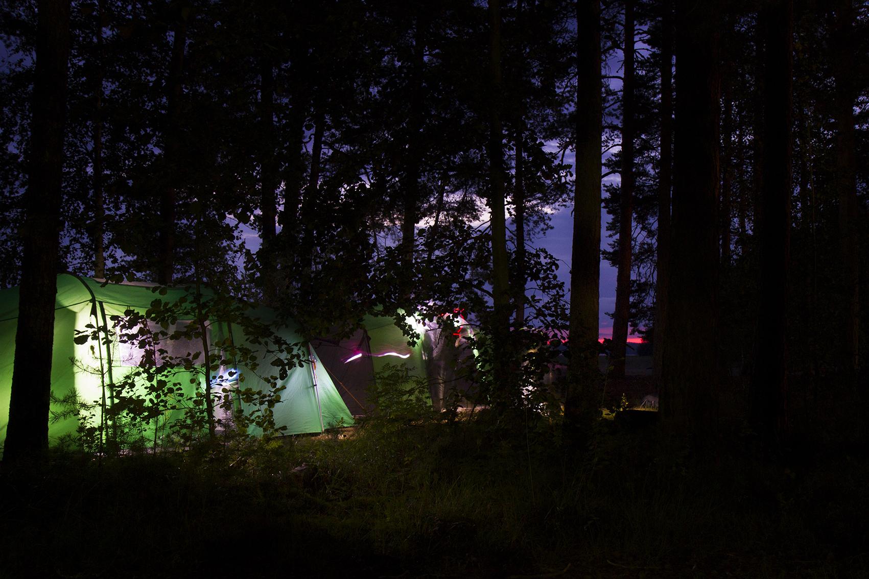 mutta auringon laskiessa kaikki teltat olivat valmiina ensimmäiseen yöhön.